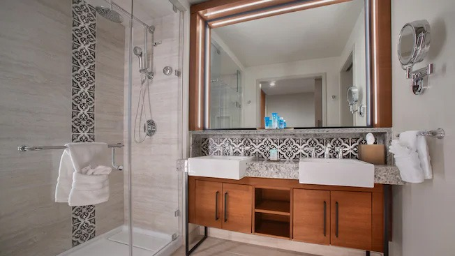 Bathroom of a standard room at Gran Destino is closer to Deluxe standard.